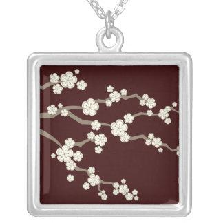fatfatinのクリーム色のSakurasの桜のネックレス シルバープレートネックレス