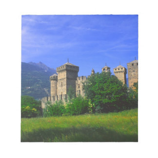 Fenisのイタリアンなアルプスの近くのFenisの城、 ノートパッド