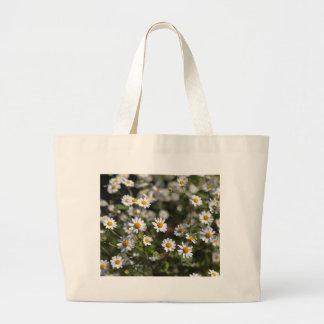 Feverfewの花(Tanacetumのparthenium)。 ラージトートバッグ