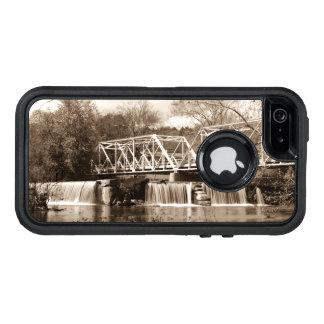 Finleyの川のセピア色のダム オッターボックスディフェンダーiPhoneケース