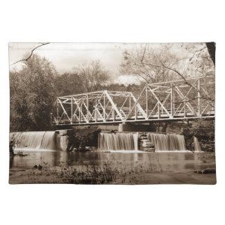 Finleyの川のセピア色のダム ランチョンマット