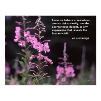 Fireweedの植物- eeのcummingsの引用文 ポストカード