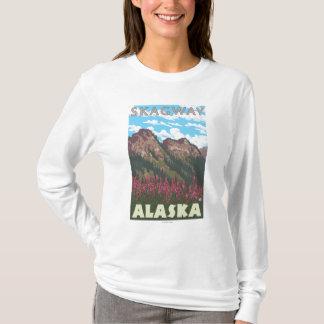 Fireweed及び山- Skagway、アラスカ Tシャツ