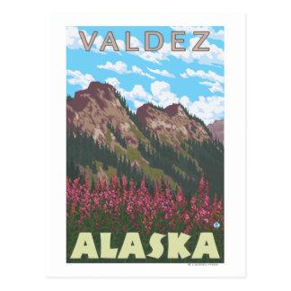Fireweed及び山- Valdez、アラスカ ポストカード