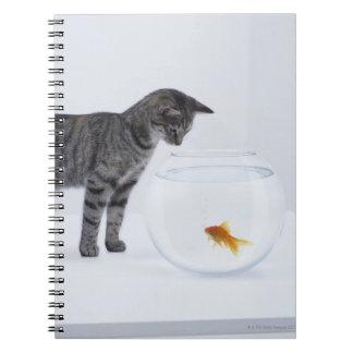 fishbowlの好奇心が強い猫の監視金魚 ノートブック