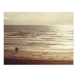Fistralのビーチコーンウォールのサーファー ポストカード