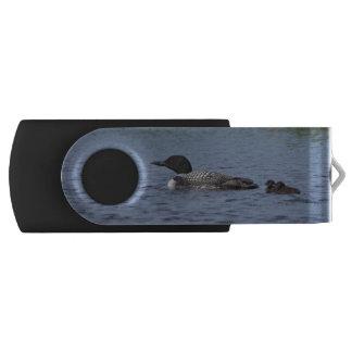 flashdriveひよこを持つ湖のNettieの水潜り鳥 USBドライブ