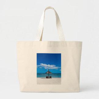 Flic en Flacマリシャスのoverlooの白い砂のビーチ ラージトートバッグ