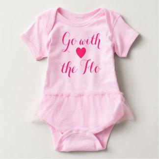 Floのピンクのハートのフィレンツェのチュチュのボディスーツと行って下さい ベビーボディスーツ