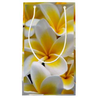 Frangipaniのプルメリアの花の写真 スモールペーパーバッグ