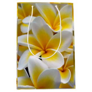 Frangipaniのプルメリアの花の写真 ミディアムペーパーバッグ