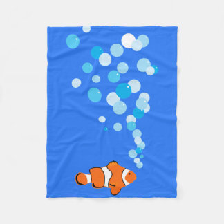 Fun and Cute Clownfish and Bubbles フリースブランケット