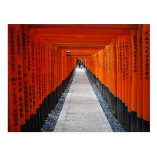 Fushimi Inari、京都の赤い神社のゲートのトンネル ポストカード