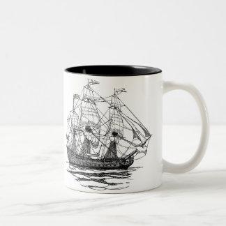 Galleonの74攻撃のスケッチヴィンテージの海賊 ツートーンマグカップ