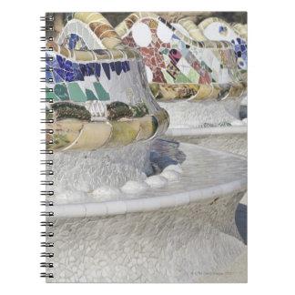 Gaudiの建物、Parcのモザイクのクローズアップ ノートブック