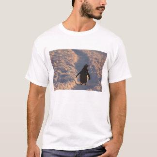 gentooのペンギンはaの間に残りのために休止します tシャツ