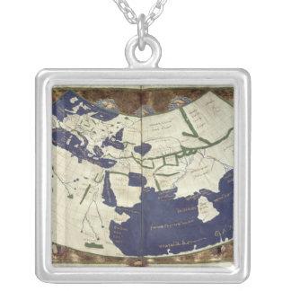 「Geographiaからの知られていた世界の地図、 シルバープレートネックレス