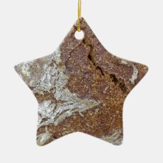 Gerからの黒パンの表面のマクロ写真 セラミックオーナメント
