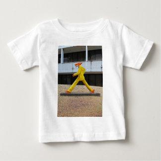 Gilbert Maguサンチェス-垂直著犬歩きます ベビーTシャツ