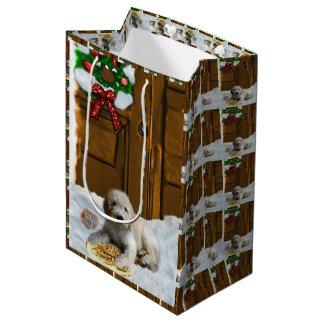 Goldendoodleのクリスマス ミディアムペーパーバッグ
