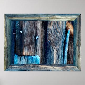 Goldfieldの古い西の町-青いネイルが付いている古い木 ポスター