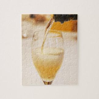 Gossetで満ちているシャンペンのガラスフルート ジグソーパズル