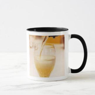 Gossetで満ちているシャンペンのガラスフルート マグカップ