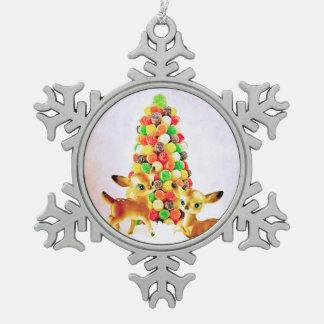 Gumdropのクリスマスツリーによるヴィンテージの子鹿 スノーフレークピューターオーナメント