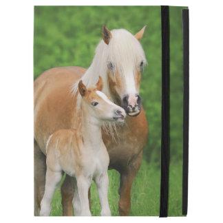 """Haflingerの馬のかわいい子馬のキスのミイラの写真は保護します iPad Pro 12.9"""" ケース"""