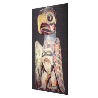 Haidaの「雷鳥」の彫像(色彩の鮮やかな木) キャンバスプリント