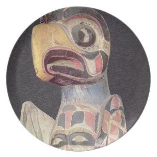 Haidaの「雷鳥」の彫像(色彩の鮮やかな木) プレート