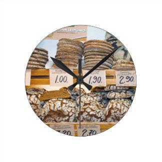 Hakaniemiの市場ホールのライムギパン ラウンド壁時計