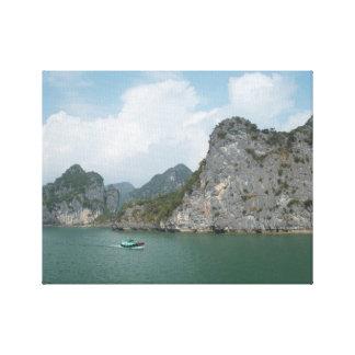 Halong湾、ベトナムの漁船 キャンバスプリント