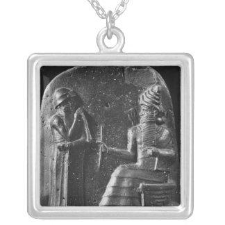 Hammurabiのコード、石碑の上 シルバープレートネックレス