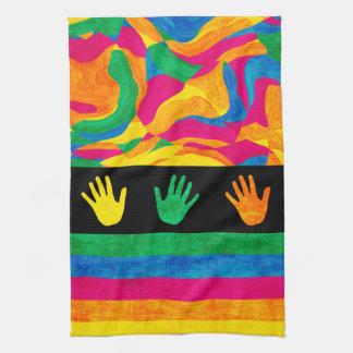 Handprints織られるカラフルな指のペンキは縞で飾ります キッチンタオル