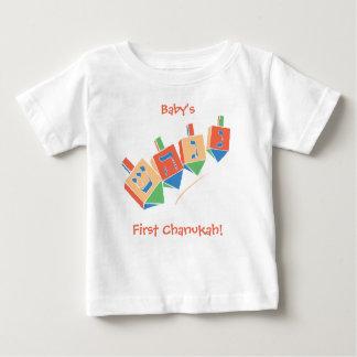Hannukah最初ハヌカー(ユダヤ教の祭り)/DreidleのTシャツ ベビーTシャツ