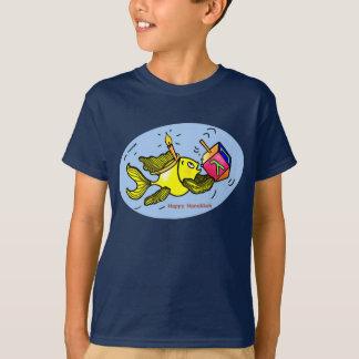 Hanukaの活発な魚-喜劇的なかわいいスケッチのTシャツ Tシャツ