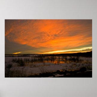 Harlan湖上の冬の日没 ポスター