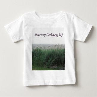 Harveyのヒマラヤスギ、NJ:  芝生またはリードが付いている湾 ベビーTシャツ