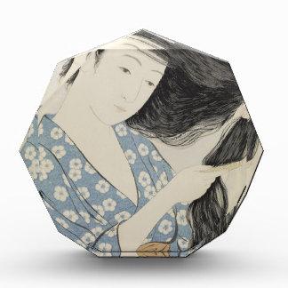 Hashiguchi Goyo -彼女の毛をとかす青の女性 表彰盾