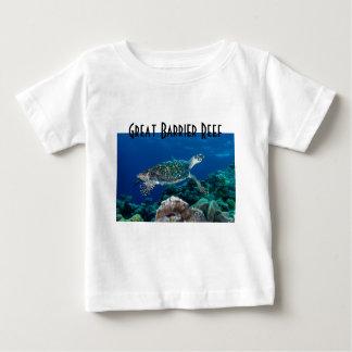 Hawksbillのウミガメのグレート・バリア・リーフの珊瑚海 ベビーTシャツ