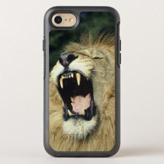 、headshotあくびをしている、黒manedオスのアフリカのライオン オッターボックスシンメトリーiPhone 8/7 ケース