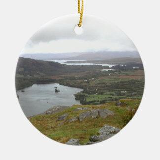 HealyのパスアイルランドからのGlanmore湖。 円形 セラミックオーナメント