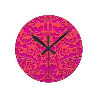 HeartyPartyのラズベリーおよびマゼンタのダマスク織のハート ラウンド壁時計