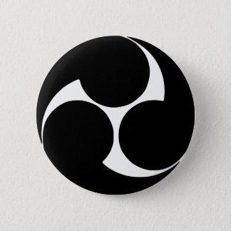 Hidari-Mitsu-domoe月曜日(頂上) 5.7cm 丸型バッジ