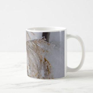 hoarfrostを持つ黄色ヒマラヤスギ コーヒーマグカップ