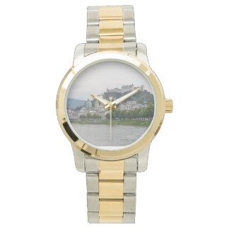 Hohensalzburgの城、ザルツブルク、オーストリアは2ある調子を与えました 腕時計