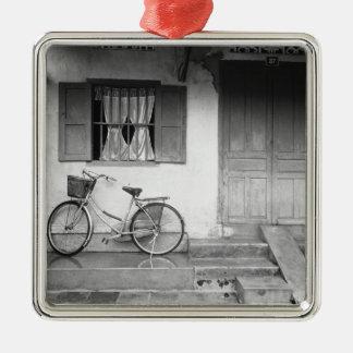 Hoiベトナムの自転車が付いている家 メタルオーナメント