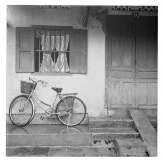 Hoiベトナムの自転車が付いている家 正方形タイル大