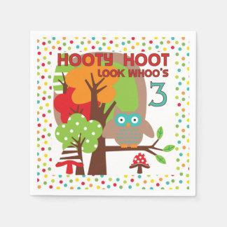 Hootyのやじり声フクロウの第3誕生日の紙ナプキン スタンダードカクテルナプキン